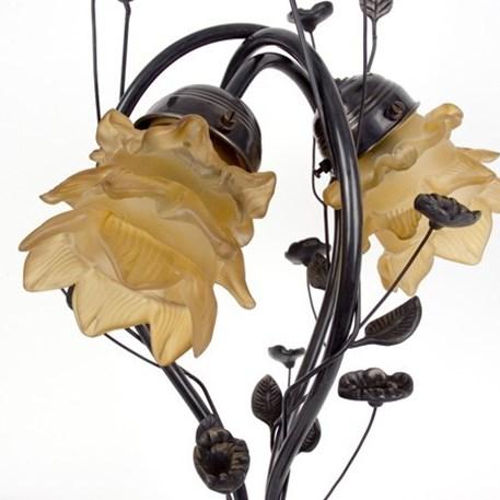 Detail foto glaskappen en bewerkt armatuur van de tafellamp Flower