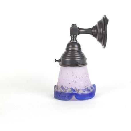 Badkamer wandlamp in brons met een kort Pate-de-Verre glaskap in lila en blauw