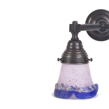 Badkamerwandlamp in brons. met pâte-de-verre kapjes in lila en blauw